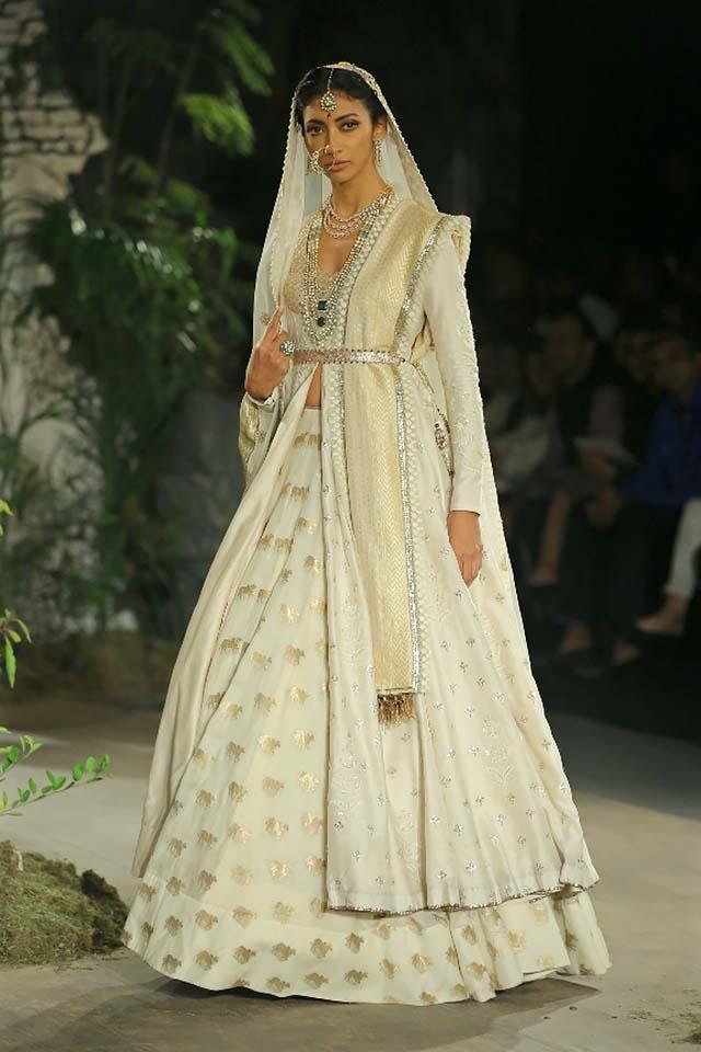 Anju-Modi-icw-17-india-couture-week-collection-dress-14-lehenga-gown