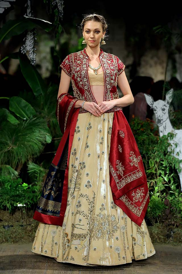 Anju-Modi-icw-17-india-couture-week-collection-dress-5-velvet-jacket