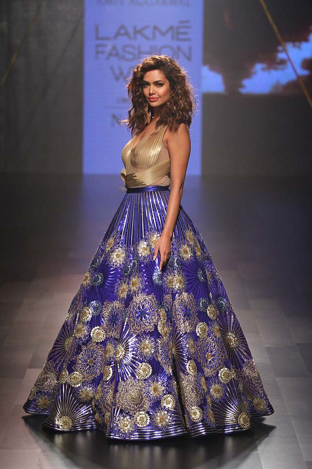 Esha Gupta -Amit Aggarwal - LFW- AW'17 (14)-beautiful-skirt-gold-embroidery