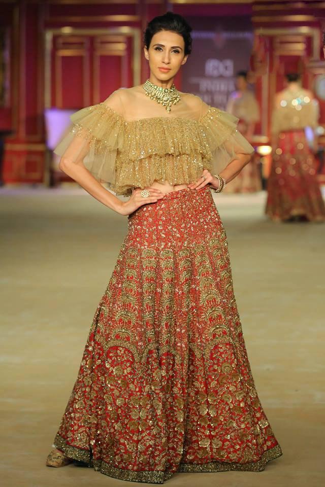 India-couture-week-2017-indian-designer-Shyamal&Bhumika- (11)-off-shoulder-sequin-crop-top-red-skirt