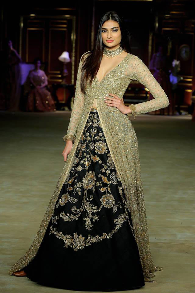 India-couture-week-2017-indian-designer-Shyamal&Bhumika- (16)-sequin-slit-top-flower-motifs-skirt