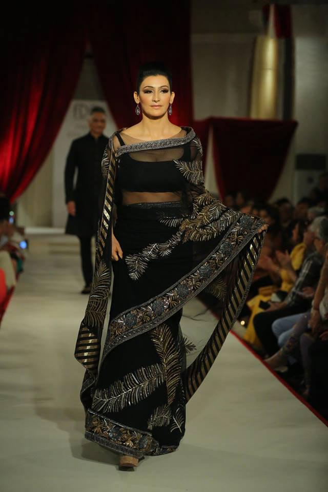 India-couture-week-ICW17-Indian-designer-Rohit-Bal-Fashion-week-runway (14)-nature-inspired-black-saree