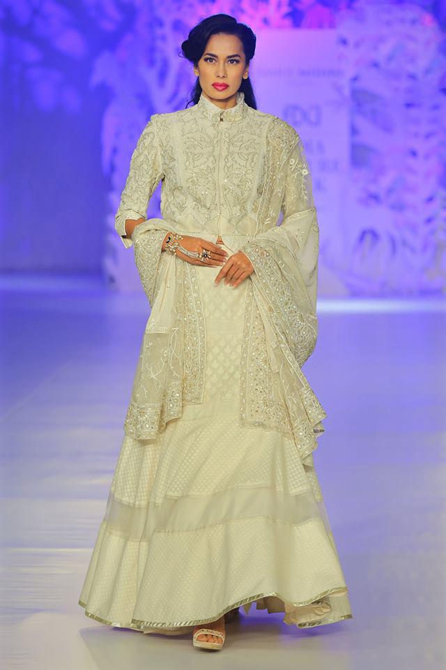 India-couture-week-icw17-indian-designer-rahul-mishra-1 (19)-off-white-slit-dress-dupatta