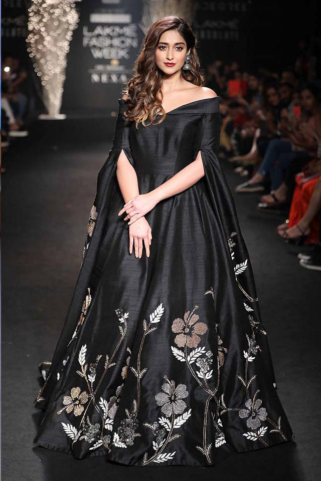 SHOWSTOPPER-ILLEANA-D'CRUZ-FOR-DE-BELLE-BLACK-PONCHO-GOWN-LAKME-FASHION-WEEK-WINTER-FESTIVE-2017