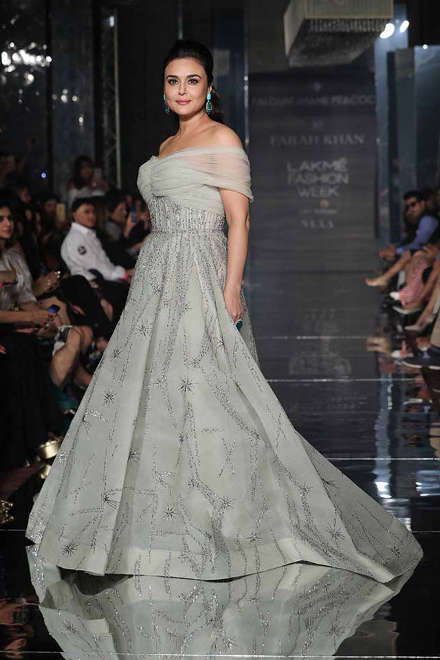 Showstopper-Preity-Zinta-indian-designer-Falguni-Shane-Peacock-grey-long-trail-gown-Lakme-Fashion-Week-WF-17