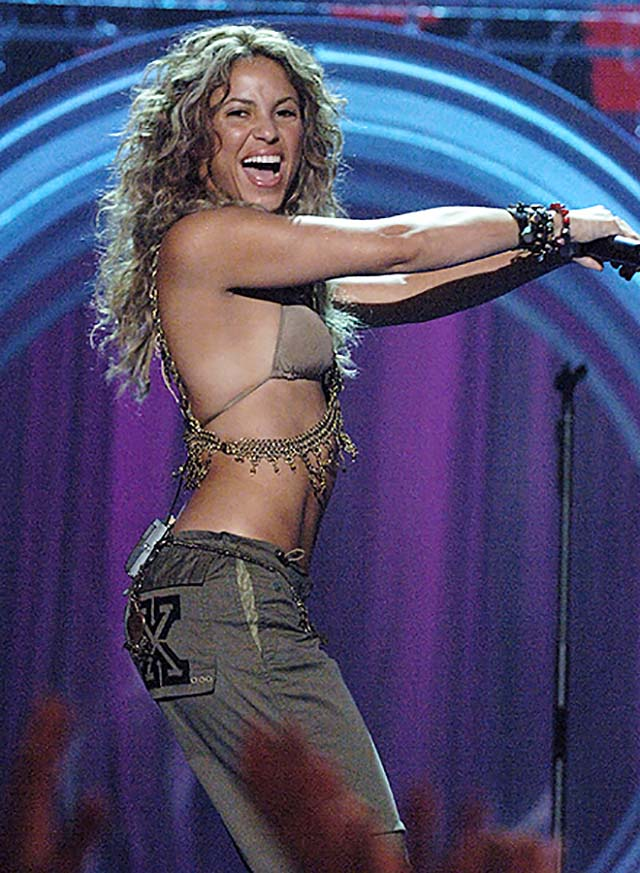 body-chain-bracelet-pocket-art-vma-outfits-shakira-2005