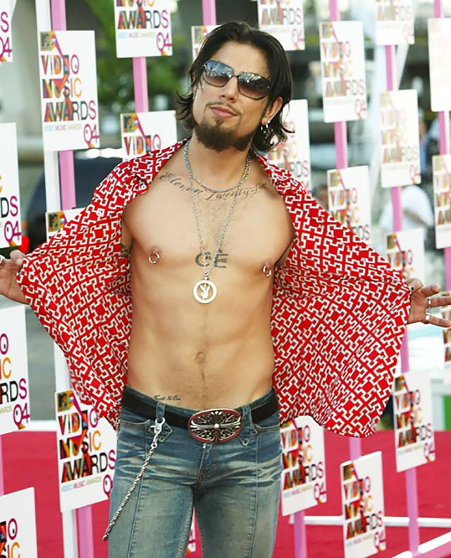 dave-navarro-red-shirt-chains-sunglasses-mtv-vma-celeb-fashion.jpg