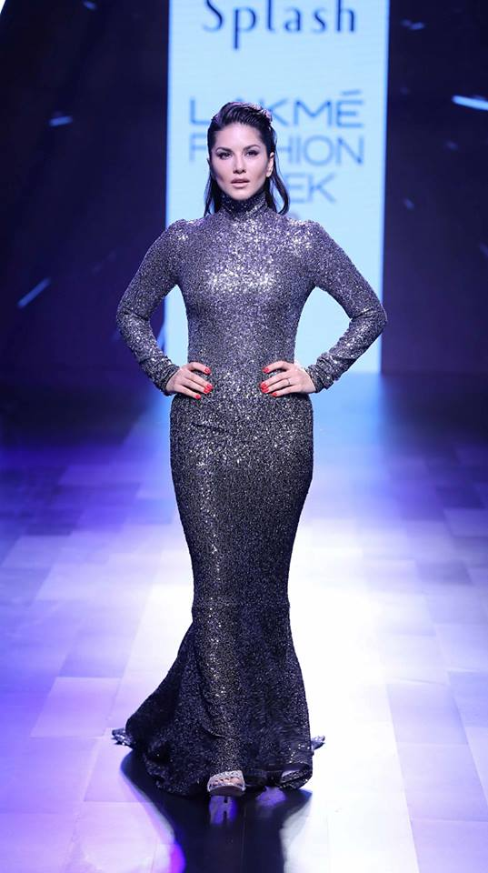 showstopper-sunny-leone-for-raza-beig-splash-fashion-at-lakme-fashion-week-fw-2017