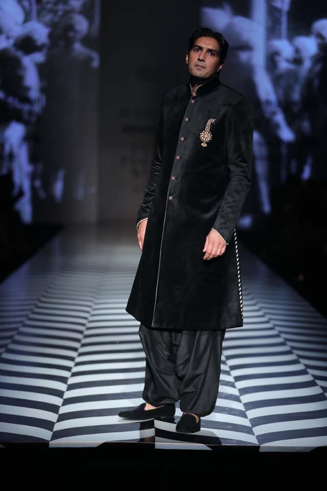 Indian-designer-J J Valaya-SS18-spring-summer-2018-collection-at AIFW (5)-buttoned-sherwani