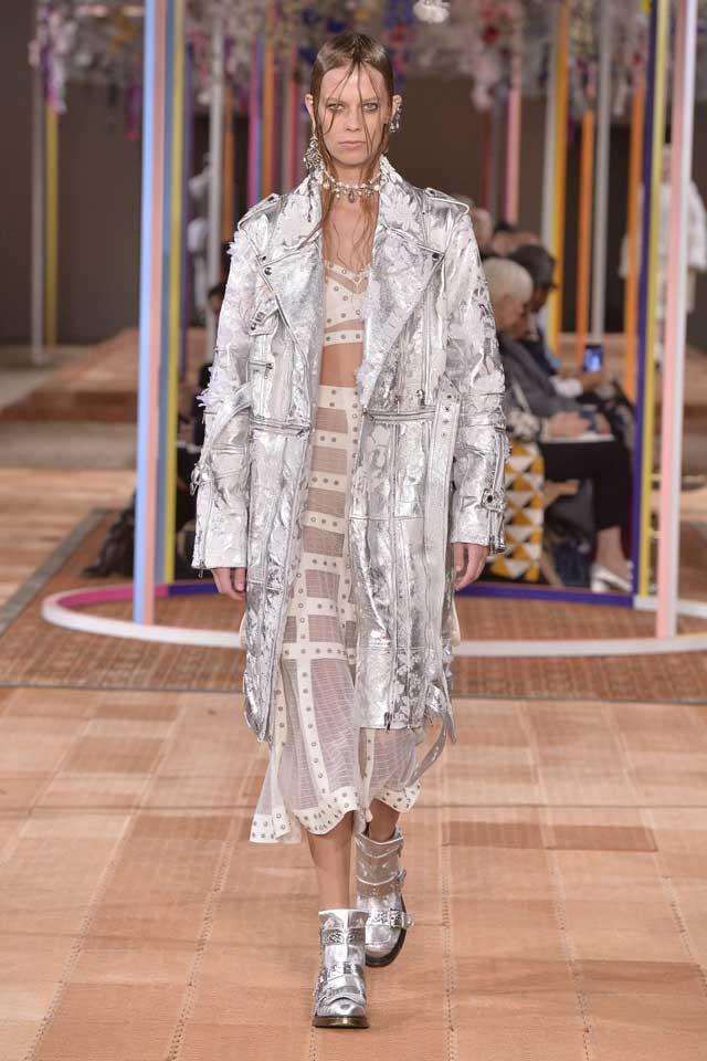 alexander-mcqueen-spring-2018-ss18-rtw (27)-metallic-silver-coat