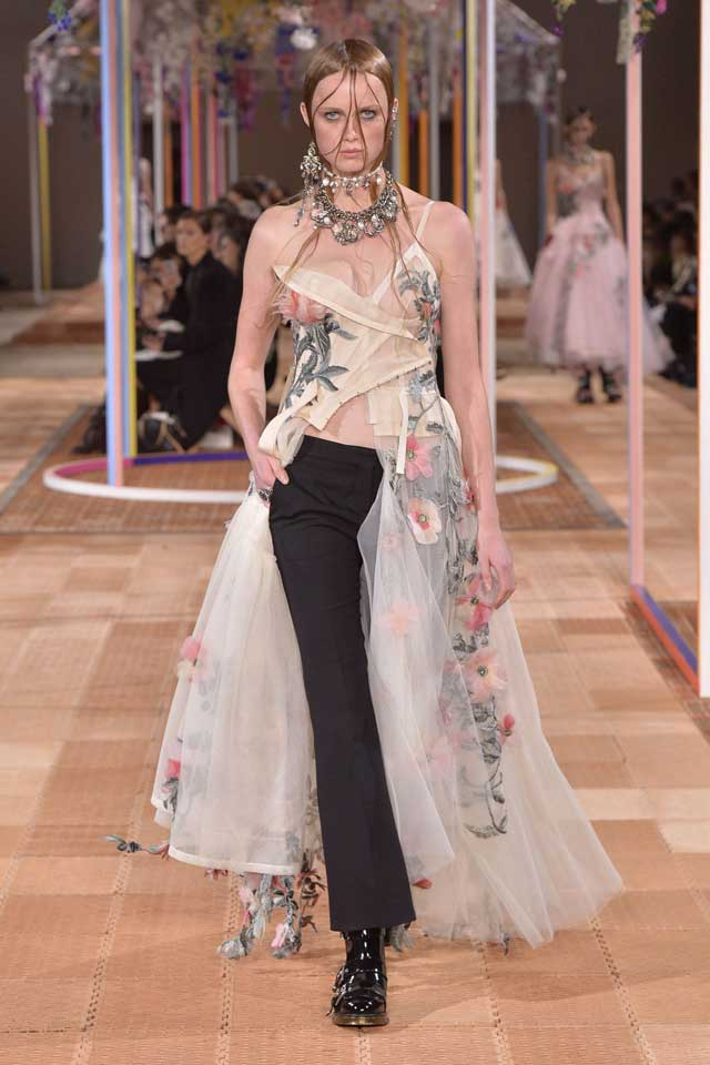 alexander-mcqueen-spring-2018-ss18-rtw (43)-gown-formal-pants-look