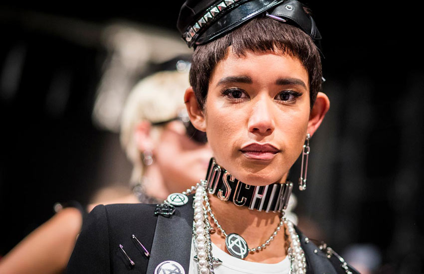 Moschino Spring 2018 Accessories moschino-spring-summer-2018-ss18-rtw-backstage-choker