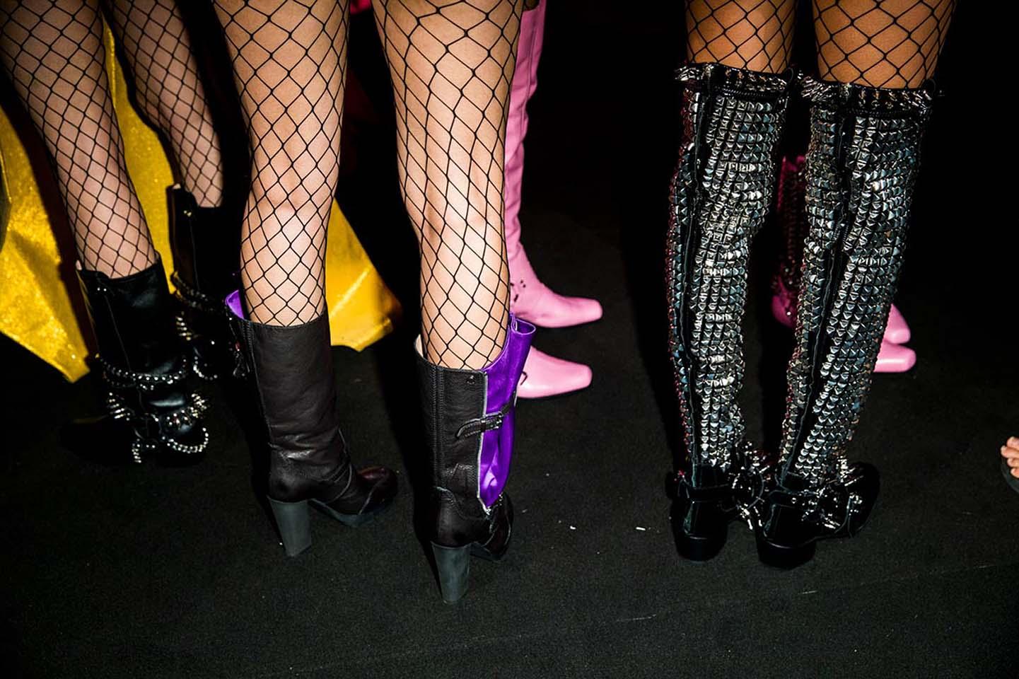 moschino-spring-summer-2018-ss18-rtw-backstage-pics (16)-fishnet-leggings