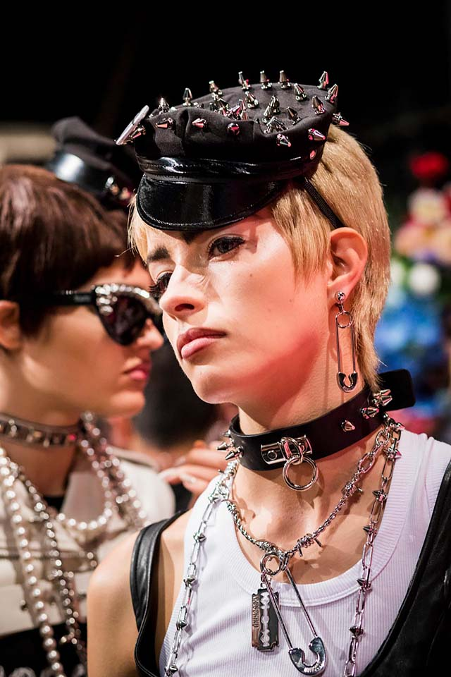 moschino-spring-summer-2018-ss18-rtw-backstage-pics (32)-multilayered-necklace