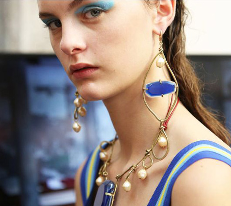 top-fashion-show-makeup-trends-ss18-blue-eyeshadow-pink-lip-marni