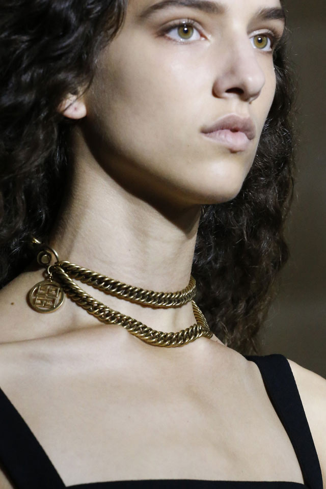 givenchy-accessories-trends-ss18-gold-chain-collar-necklace