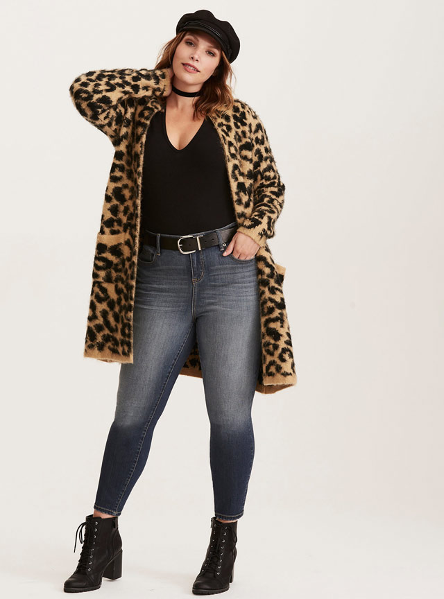 plus-size-young-women-skinny-jeans-long-coat-outfit-idea-college-fashion