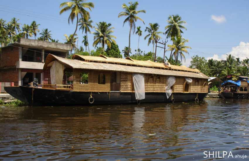 popular-south-indian-tourist-vacation-spot-alleppey-kerala-backwaters-boathouse