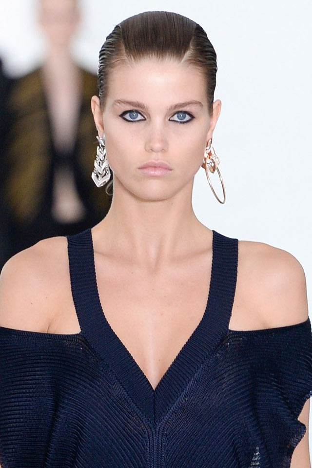 roberto-cavalli-latest-accessories-trends-spring-summer-2018-ss18-miscmatched-earring