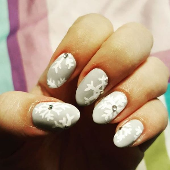 simple-easy-christmas-snow-nail-art-ideas-rhinestone-snowflake-design