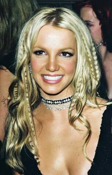 90s-womens-hairstyles-iconic-britney-spears-crimped-hair-look-fashion