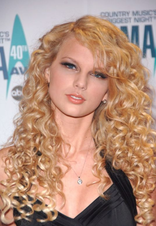 best-long-curly-haircuts-fringes-side-bangs-taylor-swift-hair