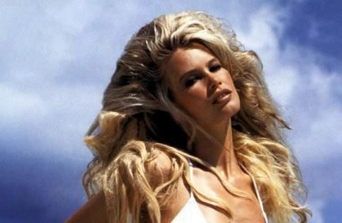 claudia-schiffer-hot-swimsuit-body-sexy-90s-supermodels-bikini-hottest