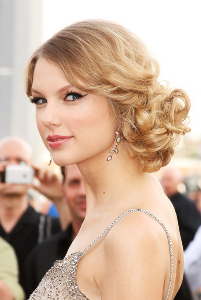 taylor-swift-curly-hairstyle-retro-side-bun-easy-prom-hairdos-curls