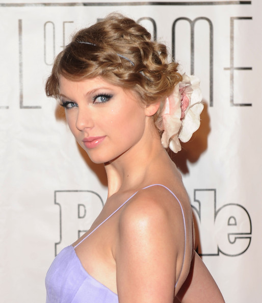 taylor-swift-curly-updo-hairstyle-with-hair-accessory-easy