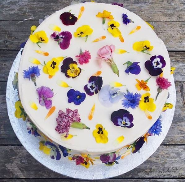 edible-flowers-cake-trend-fresh-petals-wedding-birthday-cakes