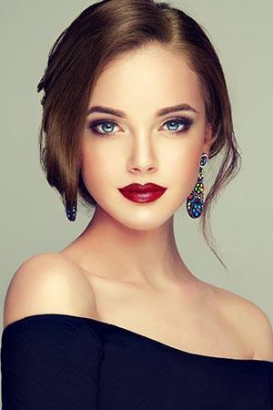 latest-makeup-trends-ideas-lips-red-lipstick-bold-summer-2018 (3)