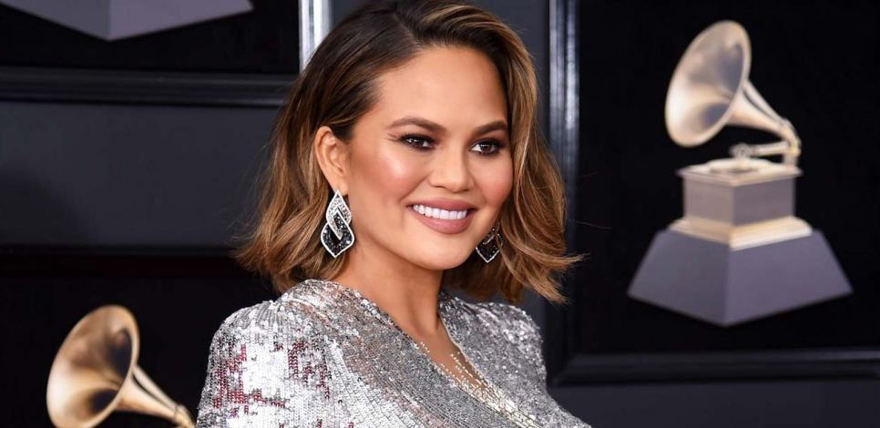 chrissy-teigen-how-to-blend-contour-highlight-face-shapes-types