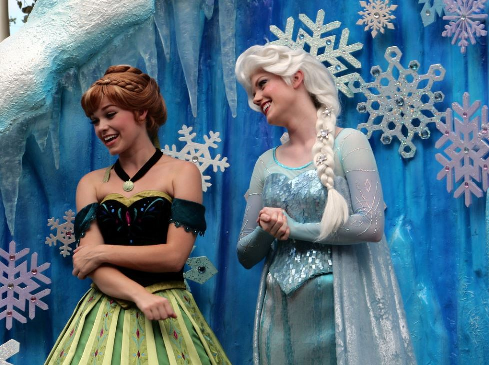 elsa-anna-frozen-disney-princesses-magic-kingdom-wprld