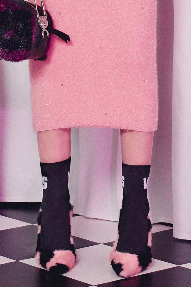 versus-versace-fall-winter-2018-fw18-fuzzy-custom-printed-logo-socks