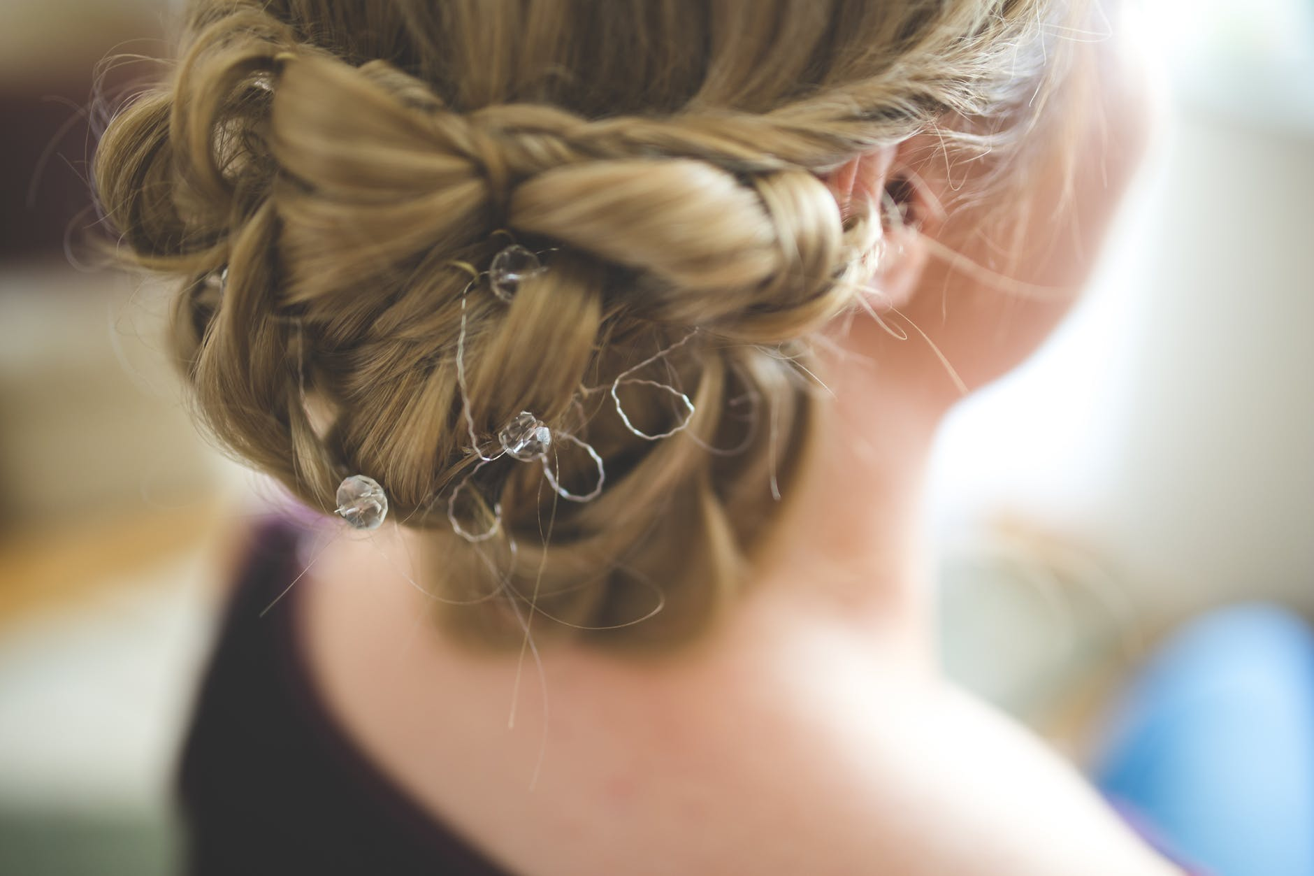 mixed-chignon-with-side-twists-hairstyle-hair-wedding-bride-trends-fashion