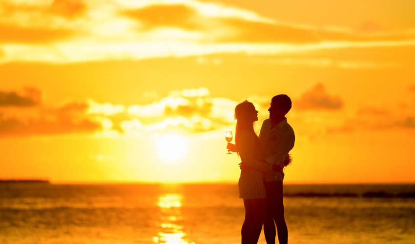 love-couple-images-pictures-poses-beach-location-anniversary-celebrations